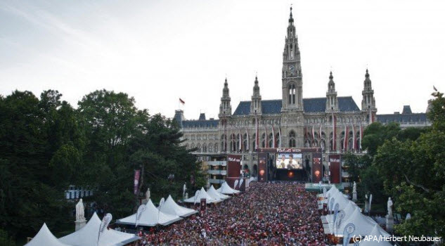 Public Viewing bei der Euro-Fan-Zone am Rathausplatz